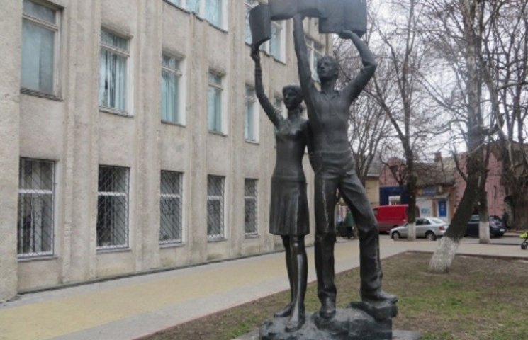 """У Хмельницькому біля юнацької бібліотеки розвалюється """"Наука"""""""