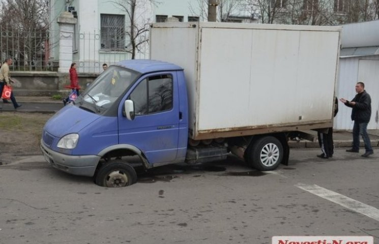 """Дорожня пастка: у Миколаєві """"Газель"""" застрягла в ямі біля світлофора"""