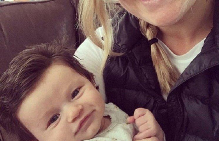 Новорожденный малыш стал звездой интернета благодаря густым волосам
