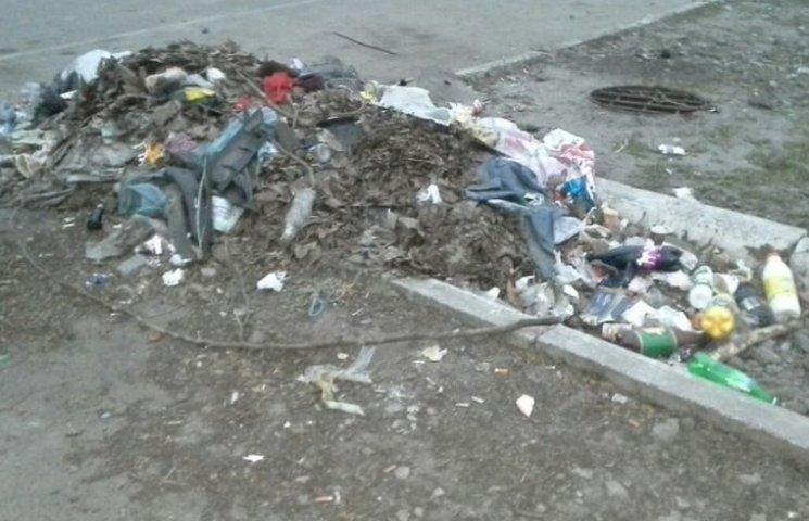"""У Миколаєві другий тиждень """"красується"""" інсталяція зі сміття біля супермаркету"""