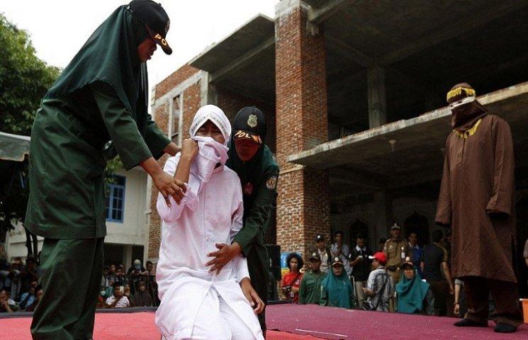 В Індонезії дівчину публічно покарали за секс до весілля