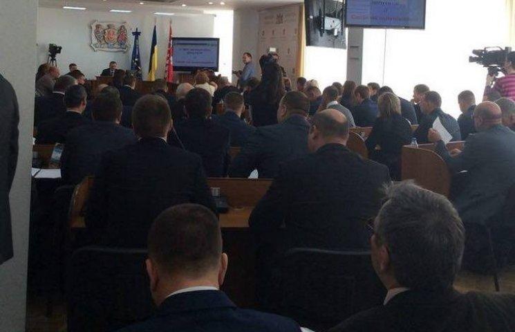 Сесія міськради розпочалась із вручення посвідчення новому депутату