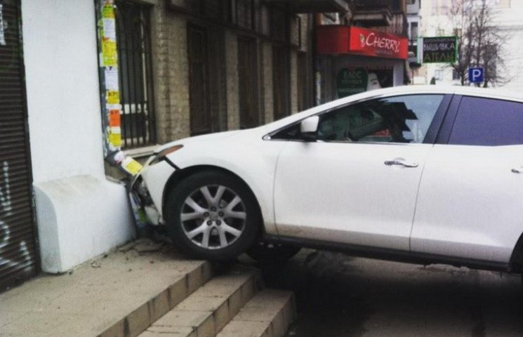 У Дніпропетровську водійка переплутала педалі і в