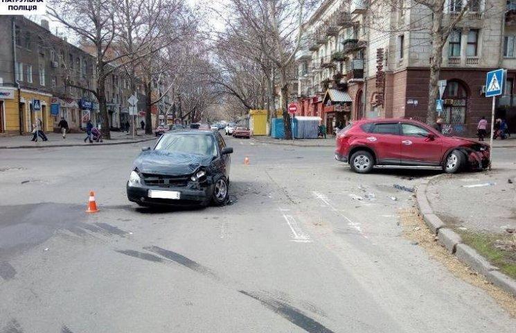 У центрі Миколаєва зіштовхнулись ВАЗ і Мазда СХ-5