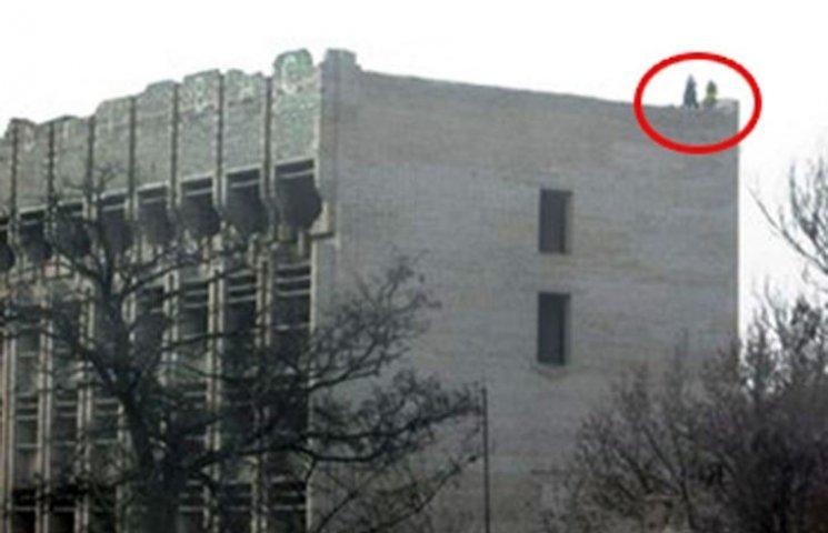 В центрі Мелітополя підлітки не злазять з даху новобудови