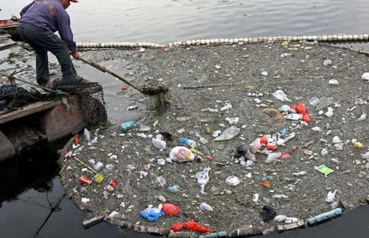 Вінничани накидали 8 вантажівок пляшок та сміття в річки