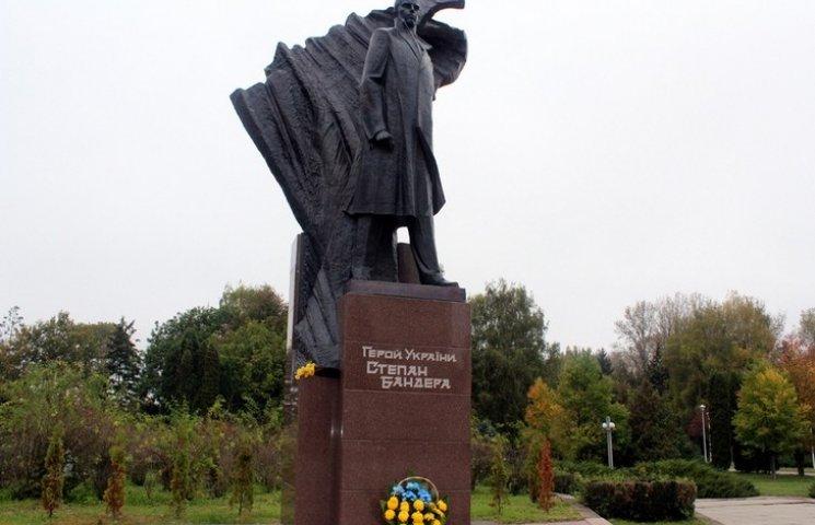 Мер Тернополя піариться на кістках Бандери