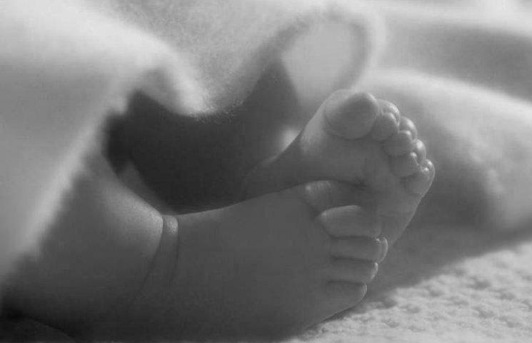 У Миколаєві на лавці знайшли мертве немовля