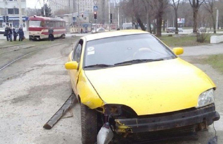 У центрі Запоріжжя автівка влетіла в трамвай