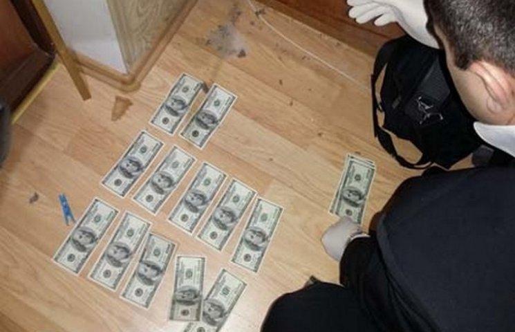 """У Вінниці на хабарі в півтори тисячі доларів """"погорів"""" держвиконавець"""