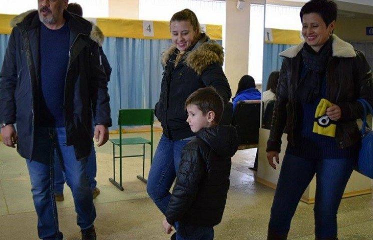 Конкурент Вілкула у Кривому Розі голосував на дільниці з військовою охороною