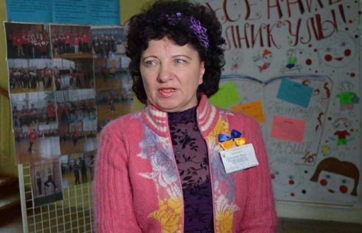 """У криворізькій школі на дільниці спостерігач знайшов """"вибуховий"""" пакунок"""