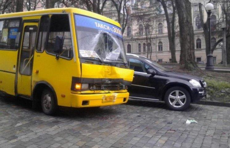 В центрі Дніпропетровська зіткнулися маршрутки: є постраждалі