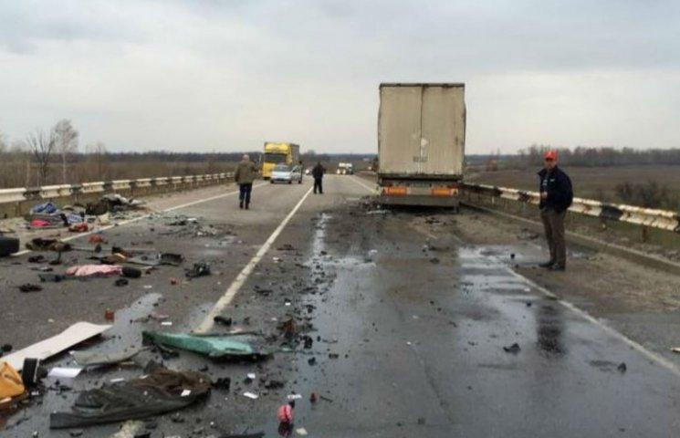 """Маршрутка """"Луганськ – Київ"""" зіштовхнулася з вантажівкою на Полтавщині: 8 загиблих"""