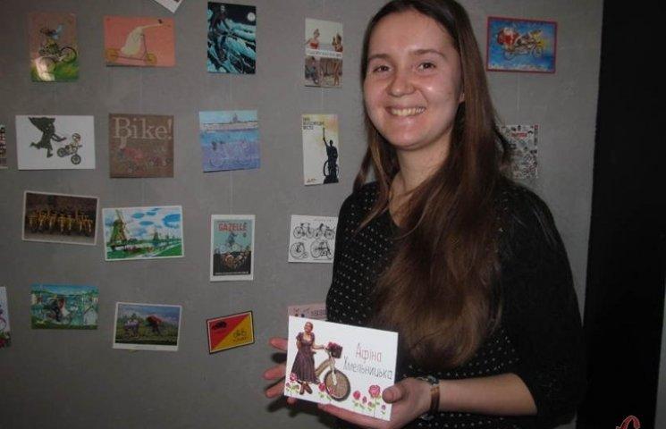 Хмельницька журналістка презентувала чи не найбільшу виставку велолистівок