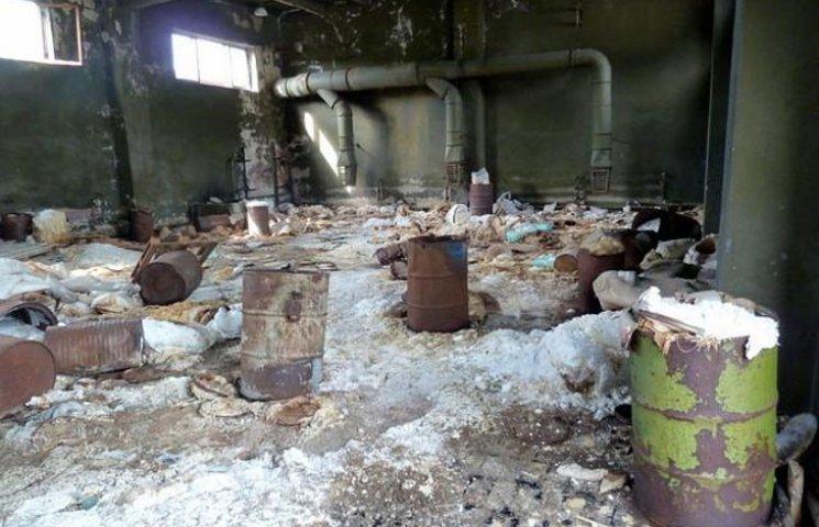 На острові Хортиця виявили звалище небезпечних хімікатів