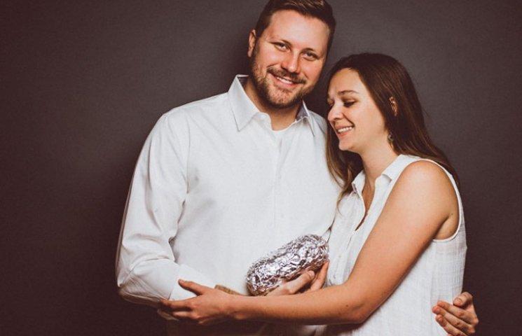 Пара сделала трогательную фотосессию с буррито вместо ребенка