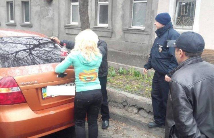 У Миколаєві патрульні впіймали пасажирів таксі, які перевозили наркотики