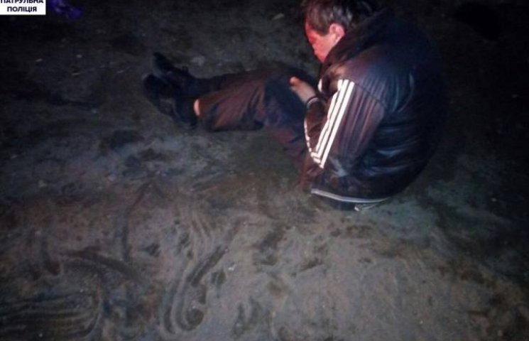 Газовий пістолет, штучна щелепа та побитий чоловік: підсумки нічного патрулювання у Миколаєві