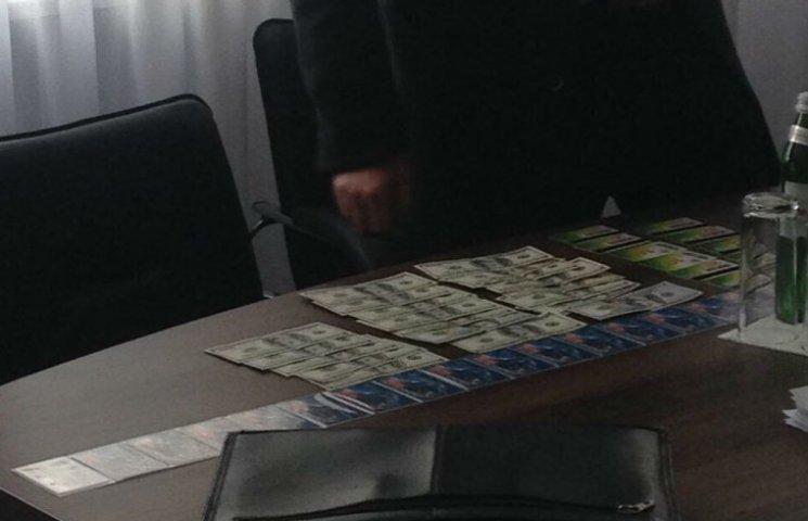 Головного поліцейського Черкащини пов'язали на хабарі у $2 тис. (ФОТО)