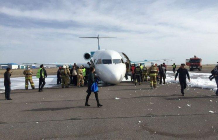 Авіалайнер у Казахстані приземлився на ніс (ВІДЕО, ФОТО)