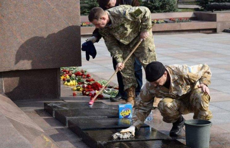Миколаївські учасники АТО відмили понівечений монумент десантникам-визволителям