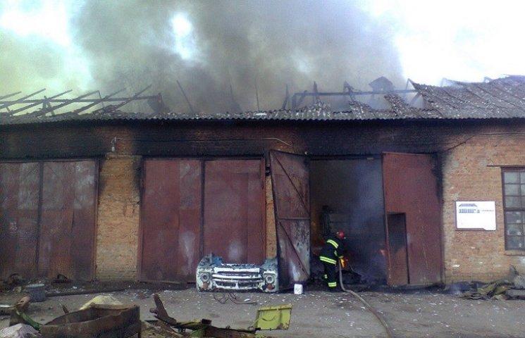 На Хмельниччині сталася масштабна пожежа в гаражах