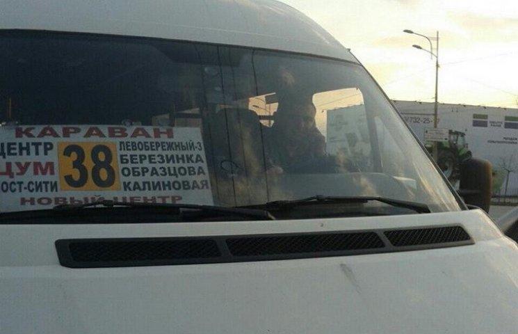 У Дніпропетровську поліцейський працював маршрутником