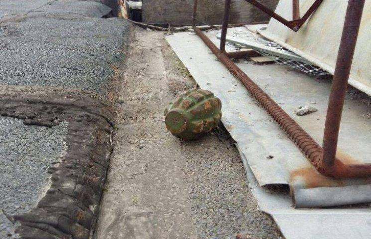 У Миколаєві на даху приватного будинку знайшли гранату