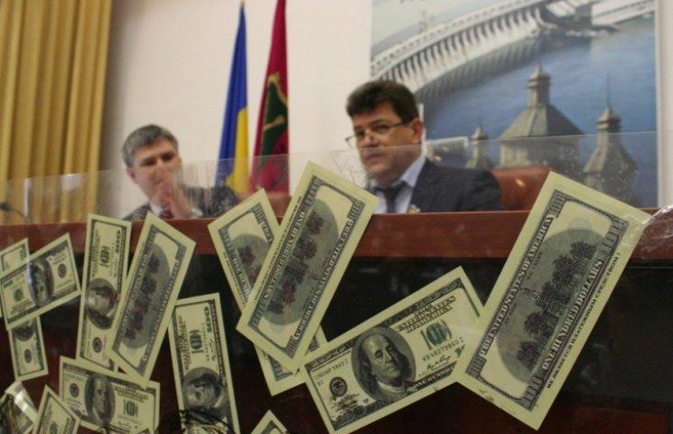 """Запорізькому меру на сесії """"відкатили"""" фальшиві долари"""