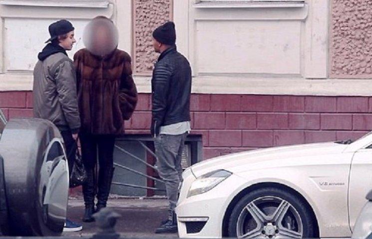 Як на Росії син олігарха роздягає жінок, пропонуючи їм гроші