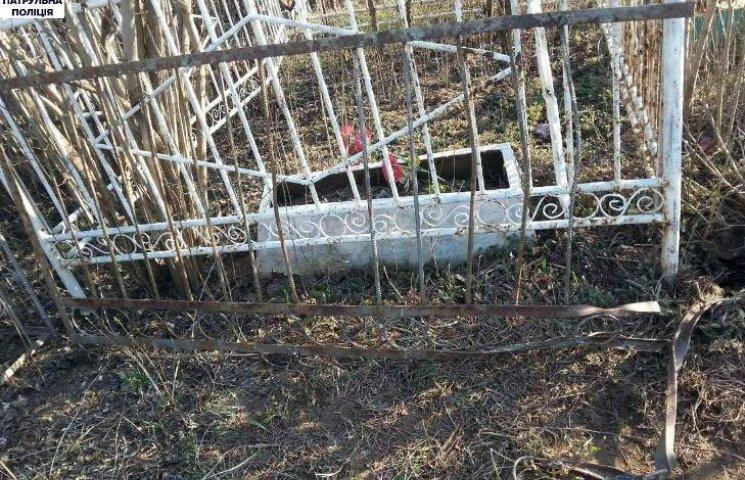 У Миколаєві молодики обкрадали кладовище