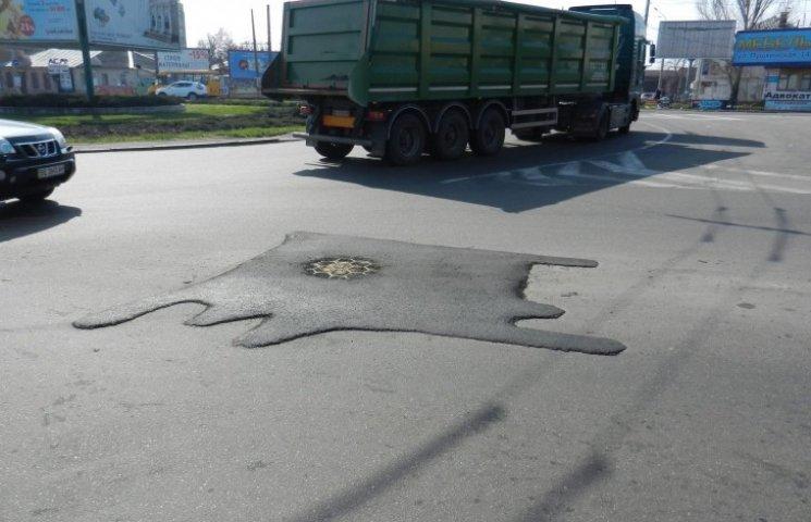"""У Миколаєві комунальники поробили на дорогах латки-""""рибки"""""""