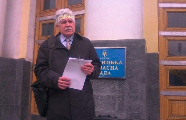 Адвокат Хорта вирішив голодувати на сходах Вінницької облради