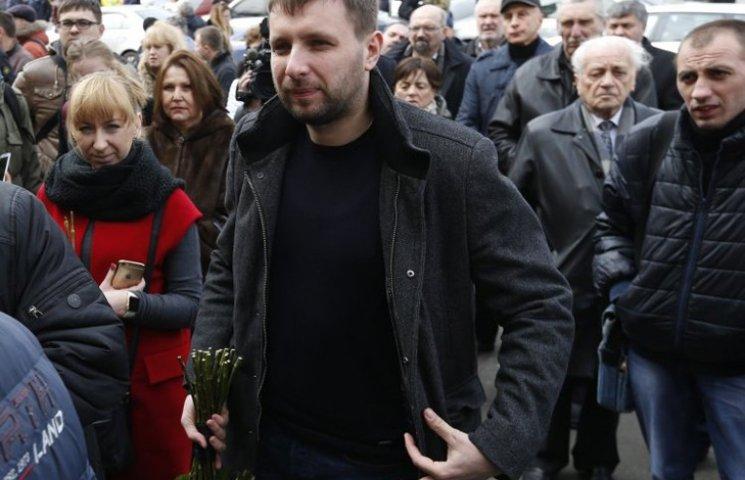 """Відео дня: Парасюк отримує """"гранату"""" під машину і ставить суддю на коліна"""