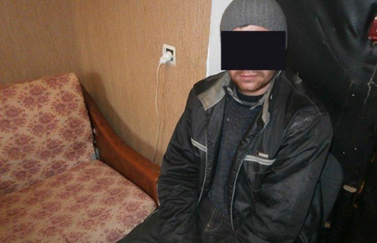 У Миколаєві чоловік вкрав з магазину вино та сів похмелятися біля під'їзду