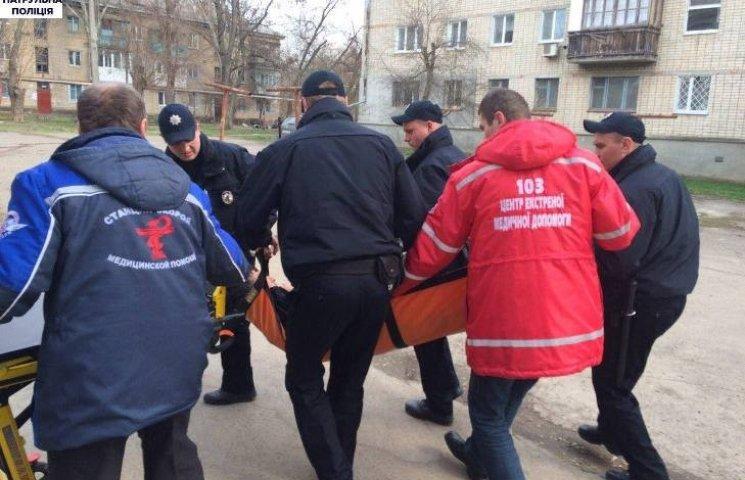 У Миколаєві чоловік намагався втекти від патрульних, зістрибнувши з другого поверху