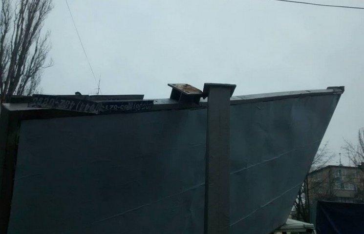 У Дніпропетровську білборд проломив кабіну вантажівки