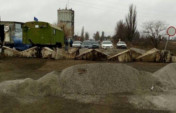 """Шостий день """"дорожної блокади"""": на Миколаївщині досі не пропускають фури"""