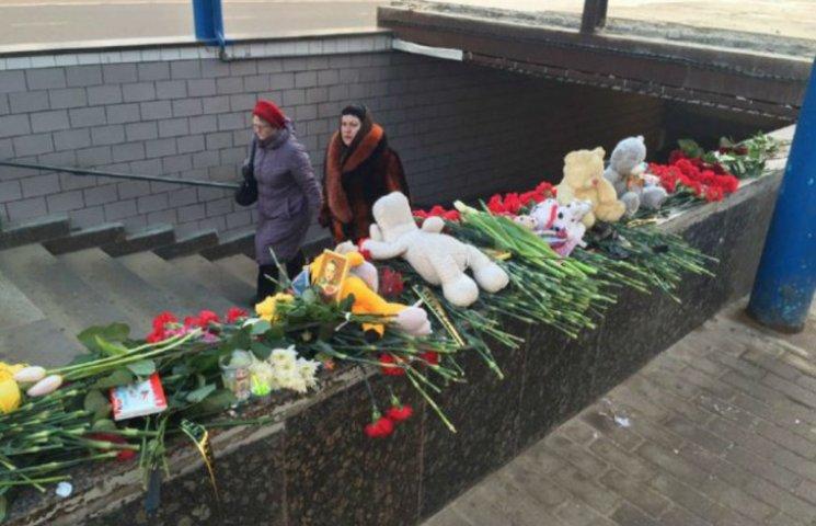 Москвичи создали мемориал из цветов в память об убитой девочке (ФОТО)