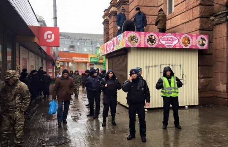 """У Дніпропетровську почали """"самоліквідовуватися"""" незаконні кіоски"""