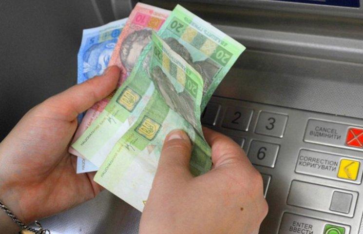 Мешканка Сумщини знайшла чужі банківські картки та зняла з рахунків всі гроші