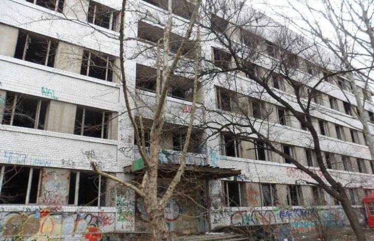 Миколаївці поскаржилися на занедбану будівлю, яку окупували безхатченки та наркомани