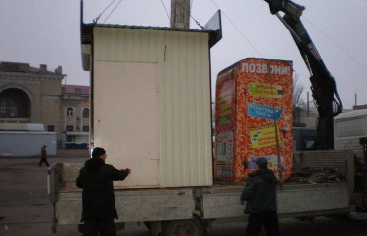 У Миколаєві демонтували два незаконних кіоски