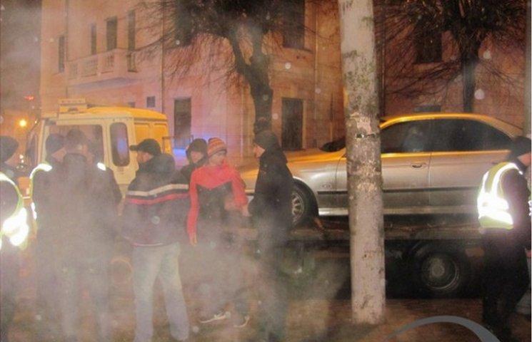 У Вінниці евакуатор мало не забрав іномарку разом з водієм