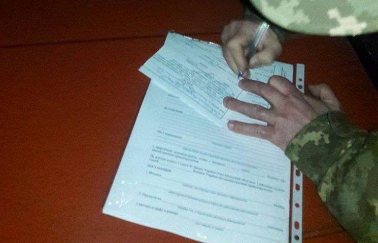 """Продавцям """"бухла"""" біля Широколанівського полігону виписали повістки в армію"""