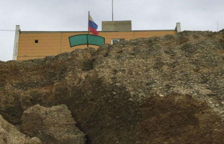 Разбитые ступеньки, грязные пляжи: в Крыму показали готовность к курортному сезону (ФОТО)