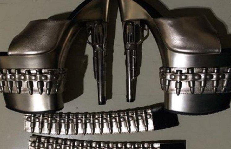 У США в аеропорту у жінки відібрали стильні туфлі-револьвери і браслети з кулями