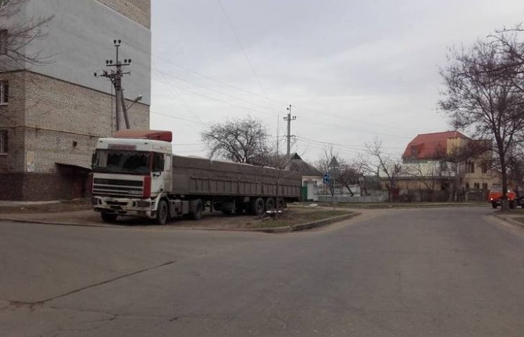 У Миколаєві дальномірне автохамло припаркувалось на газоні біля школи