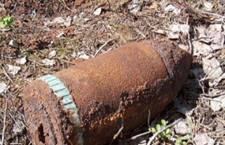 В Тернополі на городі знайшли аж шість артилерійських снарядів і міну